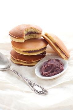 i dorayaki sono dolcetti giapponesi simili ai pancake che si mangiano accoppiati a due a due ripieni di anko, una crema a base di fagioli rossi Azuki