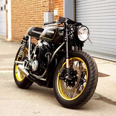 For you lovers of motorcycle modification certainly familiar with the term cafe racer. Yes, Cafer racer can be regarded as among the streams / style modification motor in the first place until now still loved. Yamaha Cafe Racer, Cafe Racers, Cafe Bike, Honda Cb750, Motos Honda, Honda Motorcycles, Vintage Motorcycles, Honda Bikes, Custom Motorcycles