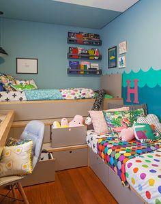 Projeto colorido da 2 Quartos Arquitetura com roupa de cama @amomooui. Um quarto compartilhado e neutro para irmãos cheio de diversão e funcionalidade! A prova de que um espaço pequeno pode ser criativo e inspirador. #kidsroom #quartodecrianca #decoracao #quartocolorido
