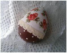 Wielkanocna pisanka z motywem różanym - ozdobiona metodą decoupage :)  więcej na mojej stronie na fb (DecoupageGallery) zapraszam! :)