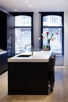 Keuken inspiratie | vrijstaand keuken element keukeneiland zorgt voor meer werkruimte en zitplek | interieurtip van www.vialin.nl