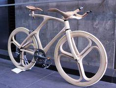 Vélo en bois fabriqué à la main par Yojiro Oshima, étudiant au département d'artisanat et de design industriel de la Musashino Art University de Tokyo.
