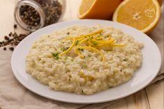 Il risotto all'arancia è un primo piatto semplice, fresco e delicato, adatto ad una cenetta romantica e perfetto per i vegetariani.