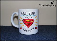 "Taza de porcelana personalizada pintada a mano ""aquí bebe un superpapá"". www.todo-artesania.wix.com/detalles"