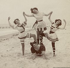 Bathing beauties at Coney Island, I would take more bathing suit pics if they could look like this! Victorian Pictures, Vintage Pictures, Old Pictures, Vintage Images, Old Photos, Belle Epoque, Vintage Bathing Suits, Vintage Swimsuits, Rare Photos