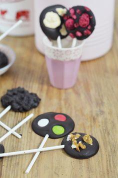 receta de piruletas de chocolate. Recetas para hacer con niños.  Cocinar con niños. CharHadas.com