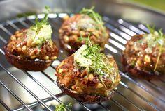 Portobello-champignons gevuld met gehakt, pijnboompitten en zuiderse kruiden