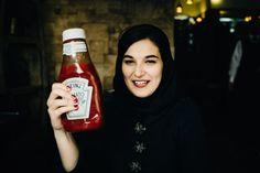 Eine Umwelttechnikstudentin mit einer Heinz-Ketchup-Flasche während den Verhandlungen über die Aufhebung der internationalen Sanktionen gegen den Iran.