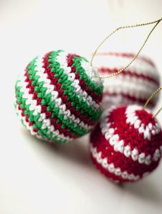 Crocheted Christmas Ornaments Baubles - Free pattern https://www.etsy.com/shop/TwistedYarnCrafts?ref=search_shop_redirect