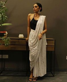From Indian Movies to Street: Saree Styles - FashionActivation Dhoti Saree, Saree Wearing Styles, Saree Styles, Trendy Sarees, Stylish Sarees, Indian Dresses, Indian Outfits, Pop Up Shop, Sari Bluse