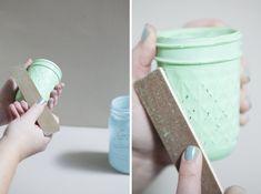 How to make distressed chalkboard mason jars! Chalkboard Mason Jars, Chalk Paint Mason Jars, Pot Mason Diy, Mason Jar Crafts, Tinted Mason Jars, Diy Farmhouse Table, Wine Bottle Crafts, Wine Bottles, Canning Jars