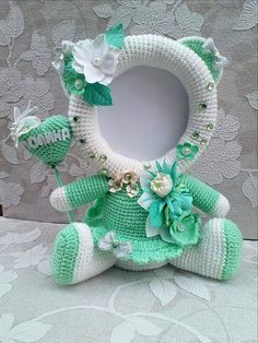 Best 12 How cute are these crochet photo frames? Make them for easter, valentines day, mothers day, etc! Crochet Robin, Crochet Cow, Crochet Baby Toys, Crochet Gratis, Crochet Pumpkin, Crochet Mouse, Bead Crochet Rope, Crochet For Kids, Crochet Dolls Free Patterns