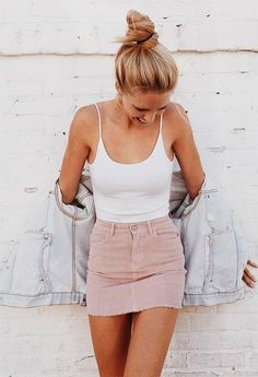 Street style look com body branco e saia rosa.