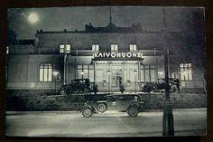 Helsingin kaivohuonen ja hienot autot vuonna 1937 kuvattuna postikorttiin. Kuvaaja tuntematon.