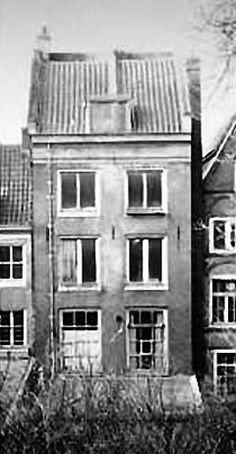 For eight Jewish people in hiding at Prinsengracht 263 in Amsterdam, a more than 2 year period of hiding came to an end on the warm summer's day of August 4, 1944. The doors to the stockroom stood open, and the first to enter was the Austrian Nazi SS Oberscharführer Karl Silberbauer, followed by the Dutch NSB members (Dutch national socialists, allied to the Nazis) Gezinus Gringhuis, Willem Grootendorst and Maarten Kuiper.