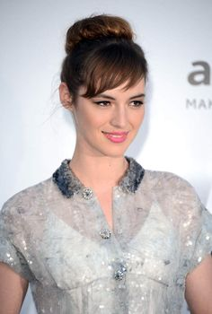 Bun et beauty look romantique avec un raisin rose bébéCAP D'ANTIBES, FRANCE - MAY 24: Actress Louise Bourgoin arrives at 2012 amfAR's Cinema Against AIDS during the 65th Annual Cannes Film Festival at Hotel Du Cap on May 24, 2012 in Cap D'Antibes, France. (Photo by Venturelli/WireImage)