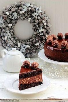 W Święta, oprócz tortu makowego i orzechowego, na naszym stolezagościł tort mocno przypominający w smaku pralinki Ferrero Rocher. Szczerze mówiąc nawet nie