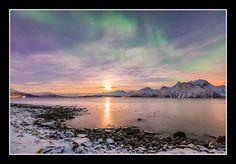 Coucher de Lune sur les Alpes Lyngen accompagné de quelques aurores boréales qui s'attardent dans le ciel norvégien. par Kiredjian Joris Aurora Borealis, Ciel, Playground, Norway, Northern Lights, Moon, Nature, Travel, Alps