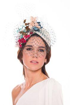 Diadema Fantasía Wedding Hats, Headpiece Wedding, Bridal Headpieces, Fascinators, Sombreros Fascinator, Fascinator Headband, Turbans, Derby Outfits, Flower Headdress