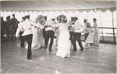 """""""22 de julho no Estrela Polar"""" (o dia do nome da Imperatriz) As Grã-duquesas e oficiais em uma dança no convés."""