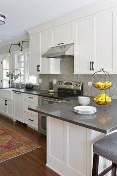 Kitchen Cabinets Grey And White, Backsplash Kitchen White Cabinets, Grey Countertops, Kitchen Cabinet Design, Kitchen Redo, Home Decor Kitchen, Interior Design Kitchen, New Kitchen, Home Kitchens