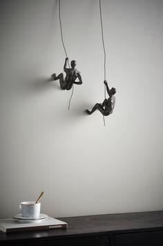 Spännande dekoration med två gymnaster som klättrar upp längs varsin vajer. Material: Polyresin. Storlek: Figurhöjd 18 cm, längd 21 cm, bredd 8 cm. Vajerlängd från handen till änden ca 50 cm. Beskrivning: 2-pack dekorationsfigurer av polyresin. Tips/råd: Matcha in CLIMBER i din tavelvägg och få ett spännande inslag.