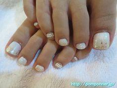 キラキラとパールアートが綺麗なフットネイル Pearl Art and sparkling beautiful foot nail. The one-color fill in off-white, were scattered lame tip. We decorated the side-by-side pearl nails othe