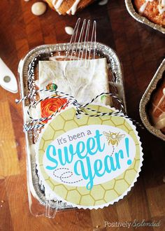 Such a clever idea! Package homemade treats in disposable mini loaf pans, and tie up with a fork and napkin so recipients can dig right in. Free printable tags included!