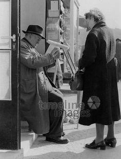 Besenverkäufer in München, 50er Jahre Stöhr/Timeline Images #black #white #schwarz #weiß #Fotografie #photography #historisch #historical #traditional #traditionell #retro #vintage #nostalgic #Nostalgie #München #Munich #50er #1950er #Stimmung #Atmosphäre #Besenverkauf #Besenverkäufer #verkaufen #Besen #Straßenverkäufer #Straßenverkauf #einkaufen #feilschen #handeln Timeline Images, Petra, Retro Vintage, Fictional Characters, Period Story, The Fifties, Mood, Traditional, Other