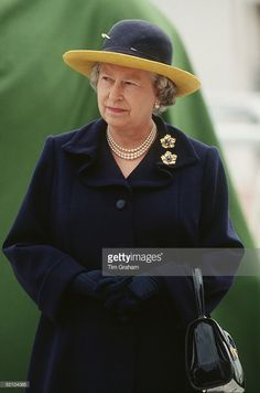 The Queen At The Derby. She Is Wearing An Outfit By Fashion Designer John Anderson. She is also wearing the Ivy Leaf brooch Hm The Queen, Her Majesty The Queen, Save The Queen, Queen And Prince Phillip, Prince Charles And Diana, Prince Philip, Elizabeth Philip, Queen Elizabeth Ii, Queen Hat