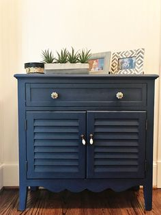 DIY Painted Cabinet Makeover Tutorial using Chalk Paint Chalk Paint Kitchen, Using Chalk Paint, Chalk Paint Projects, Chalk Paint Furniture, Cool Furniture, Diy Projects, Annie Sloan, Diy Home, Cabinet Makeover