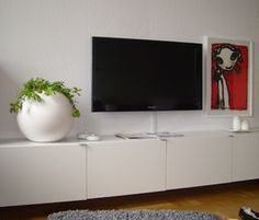 Bestå tv-bänk från Ikea, snyggt upphängd på väggen.