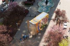 Un coche de premio en una caja de cereales gigante