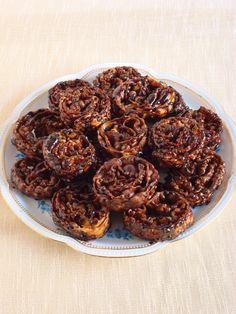 Cartellate pugliesi. Le cartellate pugliesi sono un dolce arcaico tipico del periodo natalizio. Fatte solo con farina, olio e vino, le cartellate vengono fritte e poi condite con vincotto o miele.
