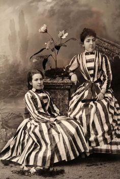 #Pamplona #Navarra. Dos muchachas elegantemente vestidas, Pamplona 1890-1900 (Zaragüeta fotógrafos).