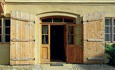 Speciál Dveře: Dveře do chalupy | Chatař Chalupář Garage Doors, Shed, Outdoor Structures, Outdoor Decor, Home Decor, Decoration Home, Room Decor, Home Interior Design, Carriage Doors