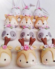 A imagem pode conter: comida Woodland Theme Cake, Woodland Party, Fondant Cupcakes, Cupcake Cakes, Cupcake Toppers, Diy Party Treats, Clay Bear, Cupcakes Decorados, Animal Cupcakes