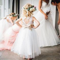 Hochzeitsfeier mit oder ohne Kinder?! Da scheiden sich die Geister... Wer auf jeden Fall mit Kindern feiern möchte der sollte auch dafür sorgen dass die Mini-Hochzeitsgäste sich wohlfühlen. Tipps dazu findet Ihr auf dem Blog. Schaut mal hier: http://bit.ly/minihochzeitsgäste . Foto: @schneidersfamilybusiness Die Hochzeit zu diesem tollen Bild findet Ihr auf #evetichwill unter #realweddings . #hochzeitsplanung #hochzeitstipps #planungshilfen #hochzeitsfest #hochzeit #hochzeitsratgeber…