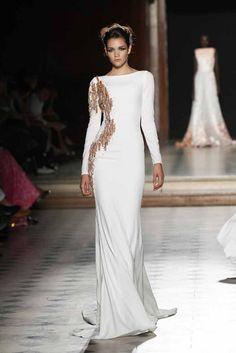 La manga larga en vestidos de novia está por encima de todas las tendencias. La opción perfecta para cualquier época del año, lo importante es el largo y el tejido que elijas. #vestido #novia #wedding #inspiración