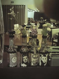 Garrafas decoradas em preto e branco! Uma graça...