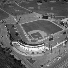 Le stade du parc Jarry en 1972. Je ne sais pas s'il reste de quoi du stade original depuis les rénovations majeurs au début des années 90 qui nous à donné un amphithéâtre de tennis de calibre mondial. Nous sommes très loin du stade où a joué tant de joueurs de baseball mais la courbe du bâtiment derrière le marbre est toujours présente. . Archives de Montréal VM94-B98-003 . . #514 #mtl #yul #montreal #montréal #montréaljetaime #streetsof514 #montreallife #jaimemtl #cinqcentquatorze… Expos Baseball, Baseball Park, Pro Baseball, Cubs Baseball, Baseball Players, Baseball Field, Sports Stadium, Stadium Tour, Yankee Stadium