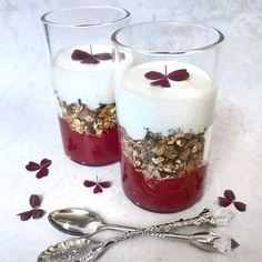 Rabarber dessert med marcipan crunch og vanilje creme fraiche - Mette Skutter Cakes