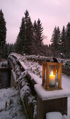 """Pieni joulukynttilä pöydälläin mulle liekin loistavin, lausui näin: """"Katso, pieni, vähäinen olen vain, silti suuri tehtävä osanain. Juhlamieltä, lämpöä säteilen. Tuon ma joulun kotihin jokaisen. Lapsi, lailla kynttilän, sinäkin, valon, lämmön luoda voit koteihin. Elämässä paljon on pimeää, kaikkialla kaivataan kynttilää."""" (Ester Ahokainen) 15. joulukuuta, Turkansaaren ulkomuseo, Oulu (Finland)"""
