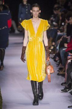 41876cf0a3f1 Il vestito di velluto + i guanti di pelle rétro - ELLE.it Settimana Della