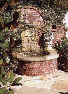 Ziegelbrunnen mit Sandsteinelementen