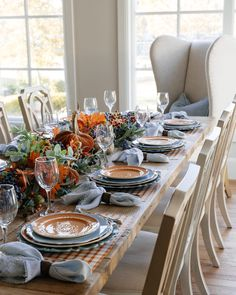 Come and see this Fall Blue and Orange Pumpkin Themed Tablescape. The blue and orange colors are not traditional fall colors but beautiful all the same. Thanksgiving Decorations Outdoor, Thanksgiving Table Settings, Thanksgiving Tablescapes, Holiday Tables, Outdoor Thanksgiving, Thanksgiving Blessings, Fall Table Settings, Christmas Tables, Christmas Christmas