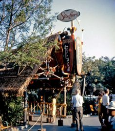 An image from the Tahitian Terrace restaurant that opened in 1962 in Disneyland. I vaguely remember this from my first trip but it's gone now. Disneyland Restaurants, Disneyland Tomorrowland, Disneyland Park, Disneyland Images, Vintage Disneyland, All Disney Parks, Walt Disney World, Disney Pics, Disney Disney