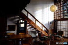 ル・コルビュジエの弟子でもあった、日本を代表する建築家のひとり、前川國男。その自邸が、東京都小金井市にある「江戸東京たてもの園」というところに移築され、自由に見学をすることができます。ここでは前川國男氏の経歴や代表作を紹介しながら、日本特有の木造モダニズムの傑作である「前川國男邸」の魅力に迫ります。 Stairs, Loft, House, Ceiling Lights, Living Room, Architecture, Interior, Design, Home Decor