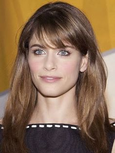 amanda peet, I love her hair and style so much Night Hairstyles, Modern Hairstyles, Celebrity Hairstyles, Pretty Hairstyles, Haircuts With Bangs, Haircut Bangs, Square Face Hairstyles, Fall Hair, Cut And Color