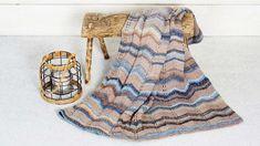 Ihanan lämmin viltti on sileää neuletta, johon tehdään siksakkikuvioita ja pitsireikiä silmukoita lisäämällä ja kaventamalla. Katso ohje Kotiliesi.fi:stä! Short Sleeve Dresses, Dresses With Sleeves, Afghan Blanket, Afghans, Knitting, Knits, Blankets, Fashion, Moda